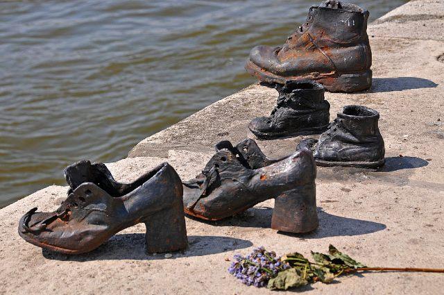 """Мемориал """"Туфли на набережной Дуная"""""""